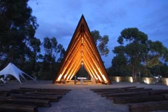 Plano Humano Arquitectos desenha igreja em forma de tenda